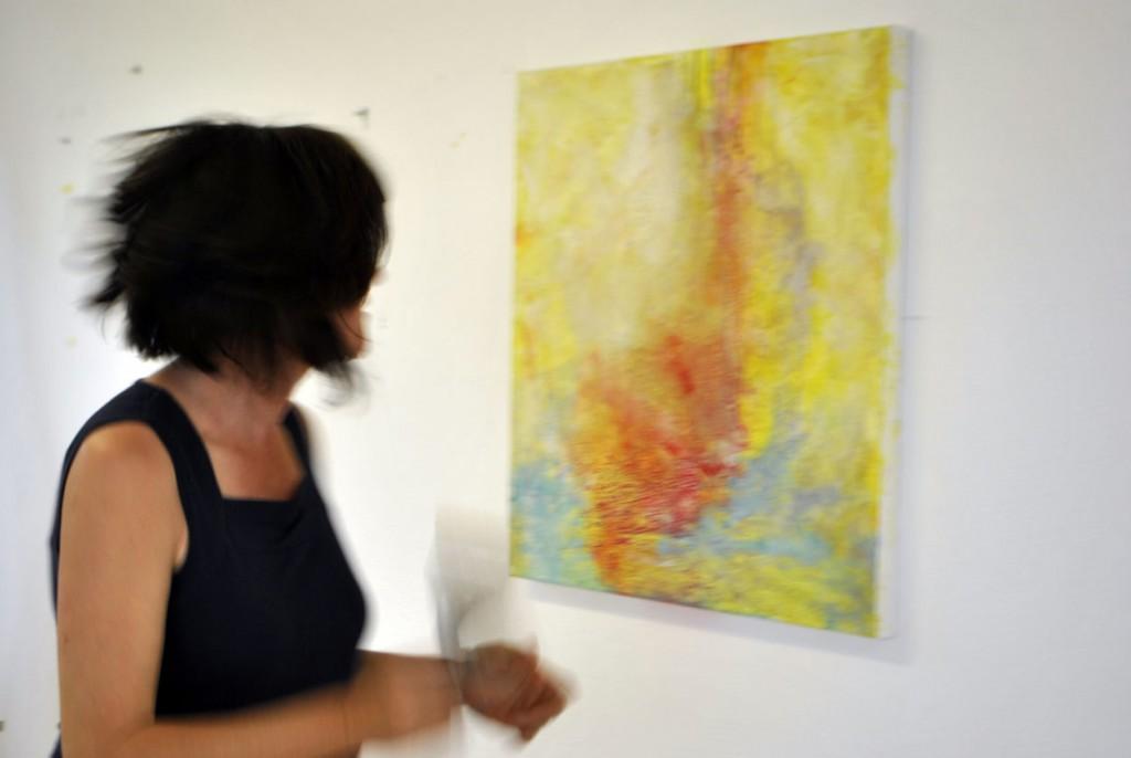 Künstlerin Christina Hanser vor einer ihrer Arbieten